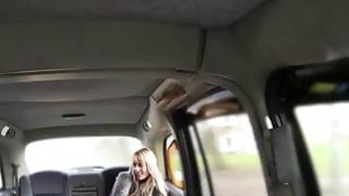 金发碧眼的捷克宝贝布列塔尼乘坐出租车司机迪克