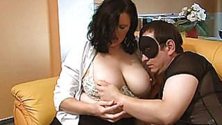 胖乎乎的业余妈妈吮吸并得到手淫