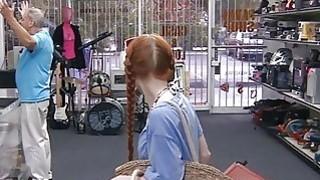 业余的红头发宝贝在典当行得到阴部性交