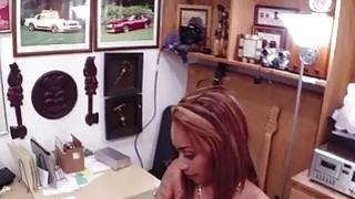 热辣的拉丁娜在店里摆出性感,遇到大公鸡