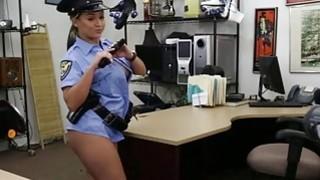 性感的屁股警察女人从后面被一只巨大的公鸡撞倒