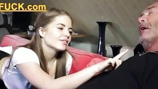 年轻的俄罗斯女孩吸老爷爷的骨头