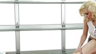 Sexy Tiffany Watson给予热的Stella Cox全身油按摩