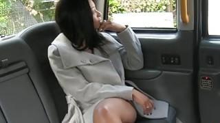 假司机驾驶的大山雀赤裸的乌木女人
