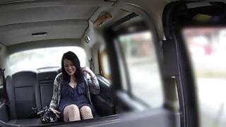 可爱的胖乎乎的小女孩哈利在出租车上被性交