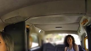 健身卷发lesbo舔女性出租车司机
