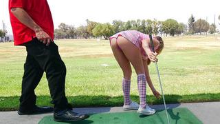 Karla Kush用她的短裙戏弄她的高尔夫教练