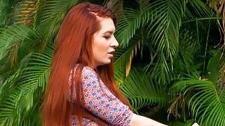 专横的红头发人妈咪舔一个娇小的青少年猫户外