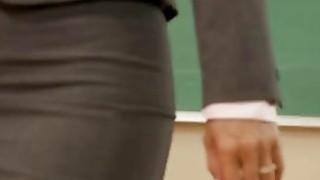 达纳韦斯波利手指和玩具的金发女小学生的孔