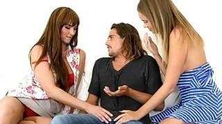在沙发上的继母和青少年贝贝三人会议