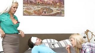 两个强壮的金发女子在卧室里轮流做爱