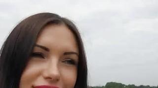 热黑发的业余爱好者在公园里吹