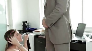 令人惊叹的青少年向老师展示了他妈的技巧
