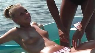 金发女郎在湖上的一艘船上性交