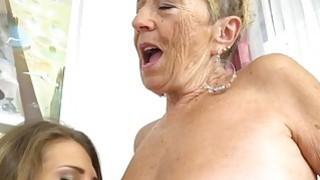 大山雀青少年Aida Swinger在奶奶的舌头上摩擦她的阴户