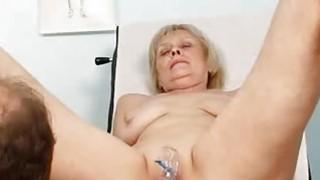 老奶奶Brigita正在接受检查