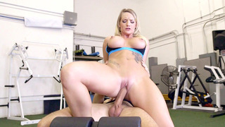 丰满,着墨的金发卡莉卡特在健身房里骑着巨大的洞