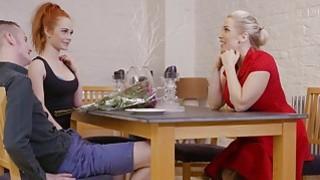 丽贝卡摩尔与精彩的红发艾拉共享一只公鸡