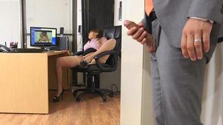 卡西迪班克斯被她的老板抓住了他妈的海狸的手指