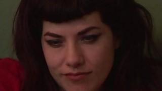 两个角质女士在沙发上在超级角质女同性恋行动中乱搞