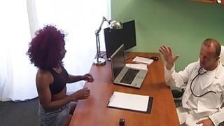 红发乌木在他的办公室乱搞医生