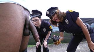 公鸡饥饿的警察Lyla Lali和诺拉黄金吸吮巨型黑色极点