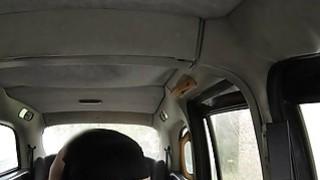巨大的山雀宝贝在假的出租车上得到嘶嘶声