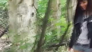 业余四人派对在森林里