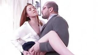桑德拉被她的堕落欺骗进入了性行为
