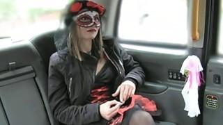 漂亮的裙子混蛋的女人在出租车里用力捶打着