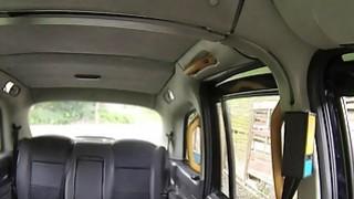 金发美女在公共场合出租车司机大公鸡