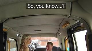 丰满的出租车司机在她的山雀上满满