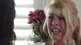 角质女儿帮助她性感的母亲吸她的男朋友的硬鸡巴