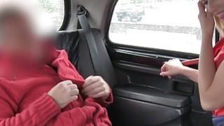 金发碧眼的美女猫在假出租车中拳击
