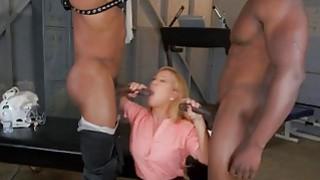 金发熟女Cheri Deville由两个BBC的性交
