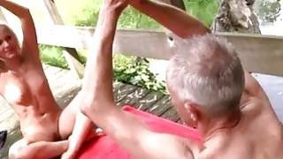 老奶奶大山雀女同志他最近的兴趣是瑜伽,因为这一点