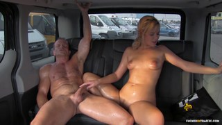 Nikki Dream用猫汁和汗水覆盖出租车