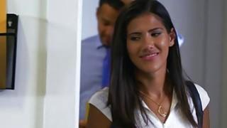 拉丁青少年维多利亚·瓦伦西亚在办公室性交