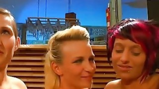 bukkake派对之前,欧洲荡妇互相挑逗