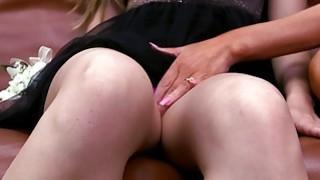 巨大的山雀继母和可爱的青少年宝贝轮到性交
