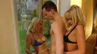 安吉拉和亨丽埃塔在肛门三人行