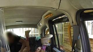 巨大的山雀金发女郎在公共场合得到肛门他妈的出租车