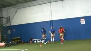 Rushes与足球场上的姐妹姐妹们一起制定计划