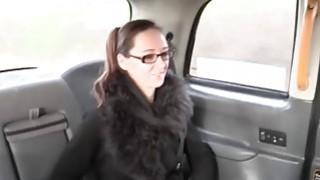 丰满宝贝戴眼镜得到猫在驾驶室里打了