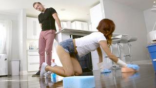 Jade Jantzen擦洗地板并摇晃她的性感屁股
