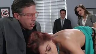 丰满的办公室宝贝由她的同事拧她的肛门