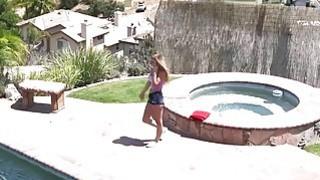 间谍丰满的青少年撞在室外游泳池