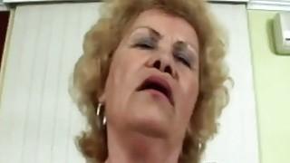 60岁的老奶奶因为用公鸡显示出自己的所有技能而沮丧和肮脏