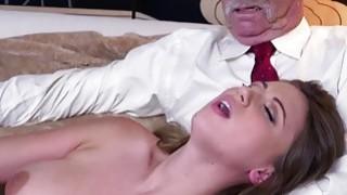 常春藤玫瑰显示她性感的身体,并乱搞她的阴部