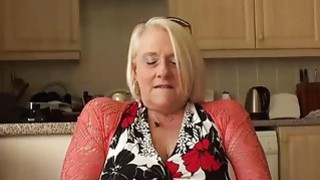 英国成熟的金发奶奶卡罗尔手指她湿猫